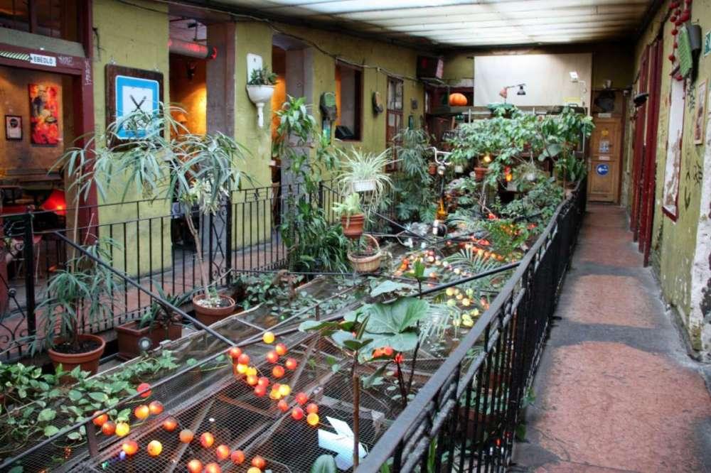 una-terrazza-interna-del-szimpla-kert